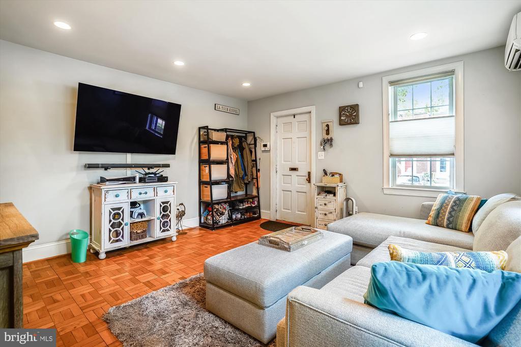 Living room with wood flooring - 2600 16TH ST S #713, ARLINGTON