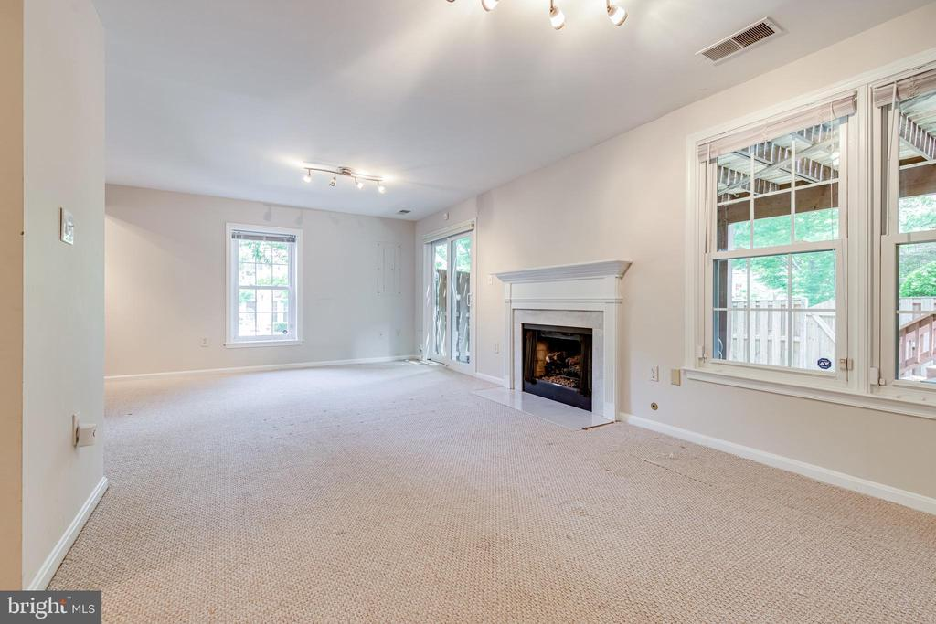 Family room w/gas fireplace and sliders to outside - 6151 BRAELEIGH LN, ALEXANDRIA
