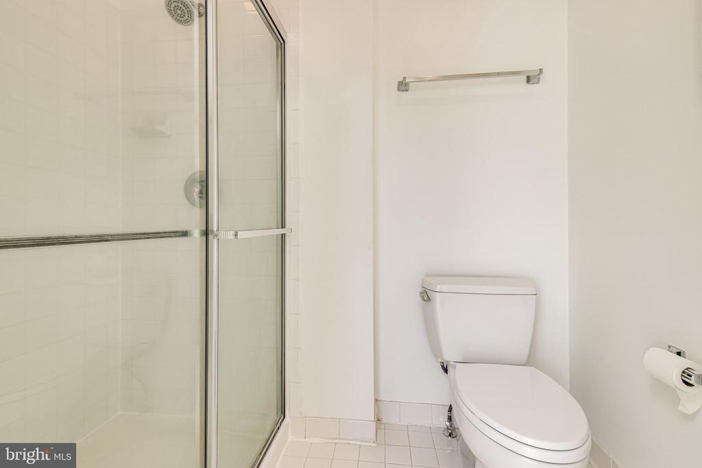 Primary bathroom with separate shower - 6151 BRAELEIGH LN, ALEXANDRIA