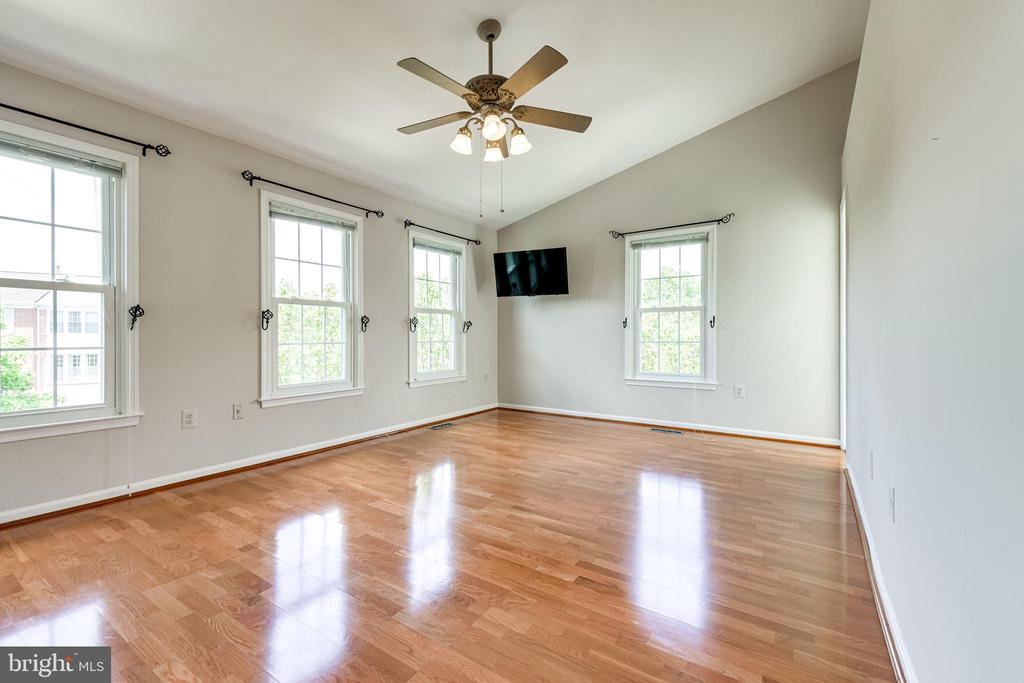 Primary bedroom with hardwood floors - 6151 BRAELEIGH LN, ALEXANDRIA