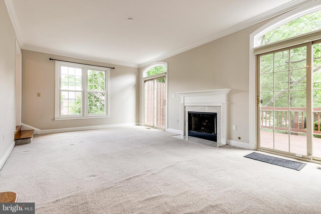Living room with gas fireplace - 6151 BRAELEIGH LN, ALEXANDRIA