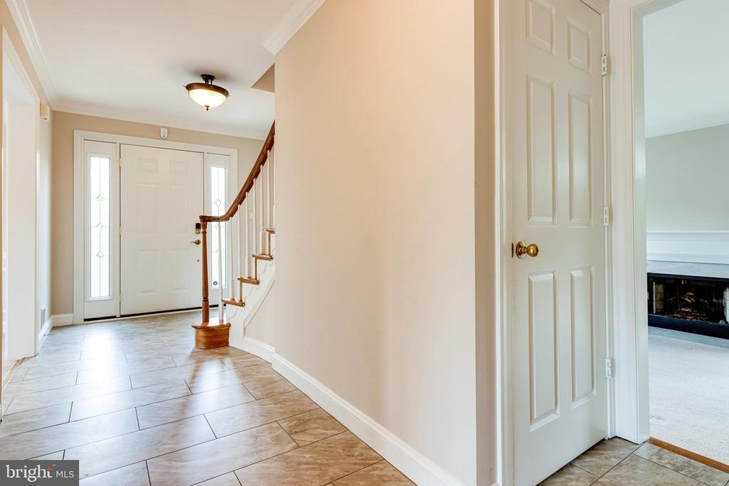 Main floor hallway - 6151 BRAELEIGH LN, ALEXANDRIA