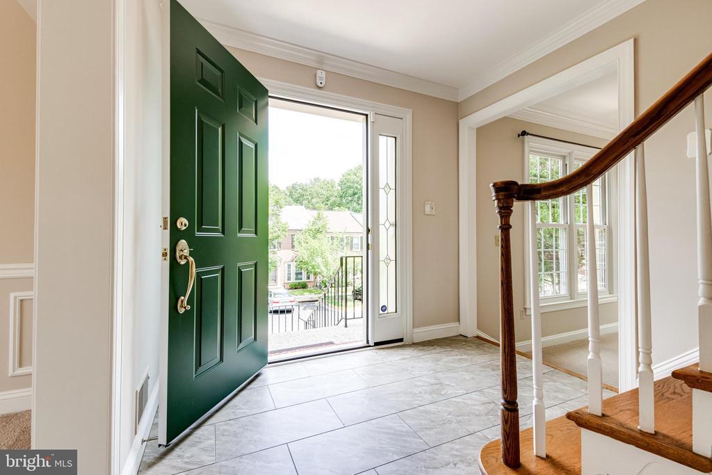 Spacious entry foyer - 6151 BRAELEIGH LN, ALEXANDRIA