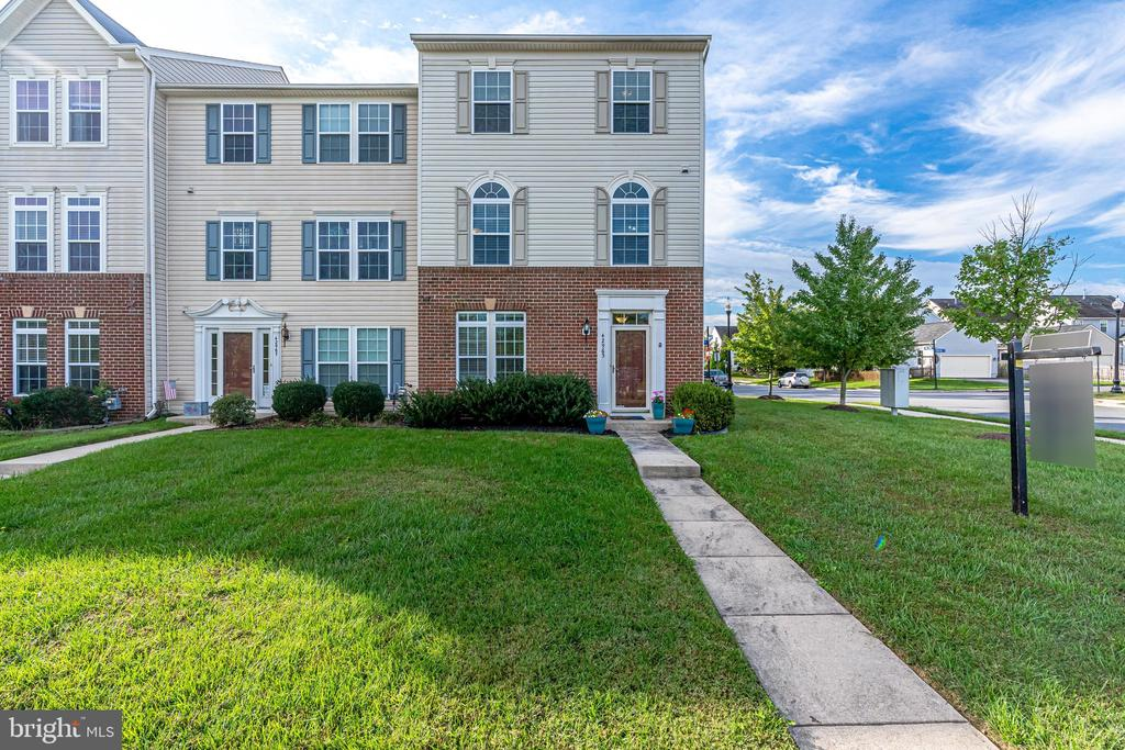 End unit townhome w 2 car garage - 42965 EDGEWATER ST, CHANTILLY