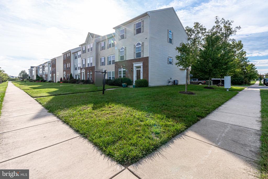 Community sidewalks - 42965 EDGEWATER ST, CHANTILLY