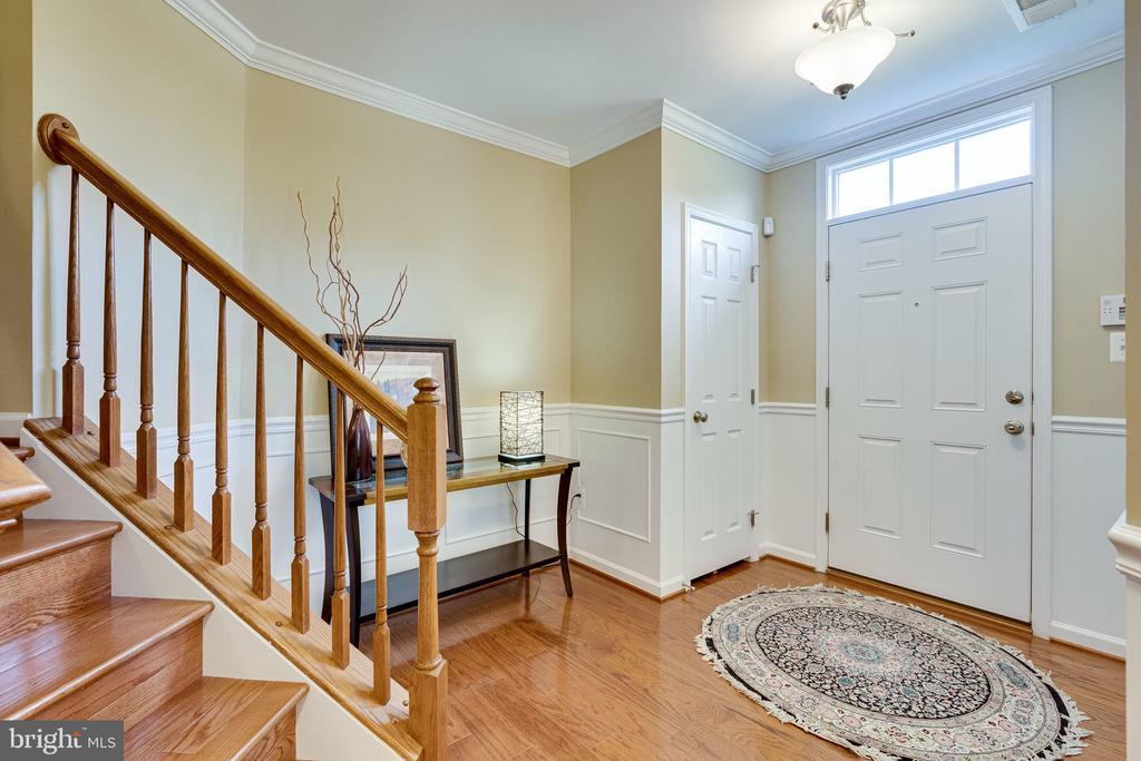 Entry foyer with hardwoods - 42965 EDGEWATER ST, CHANTILLY