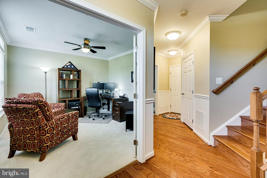 Main level entry - 42965 EDGEWATER ST, CHANTILLY