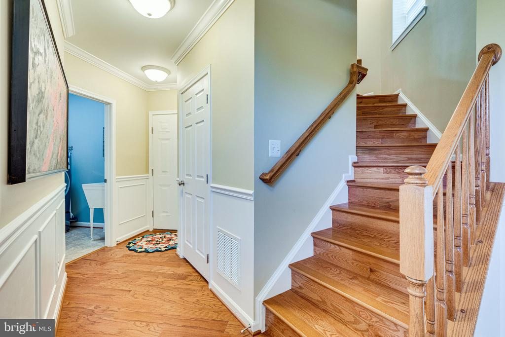 Hardwood foyer and stairs - 42965 EDGEWATER ST, CHANTILLY