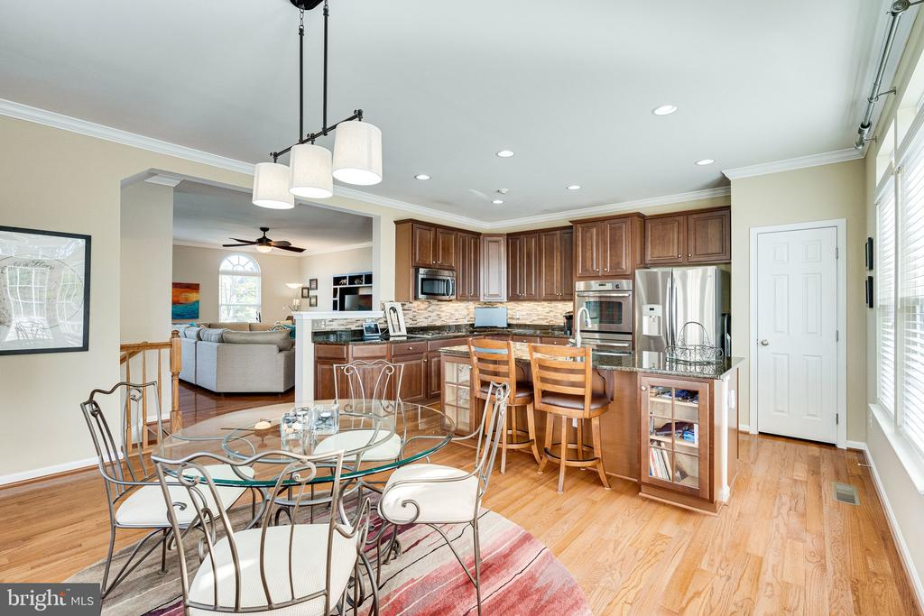 Open kitchen and dining area w hardwoods - 42965 EDGEWATER ST, CHANTILLY