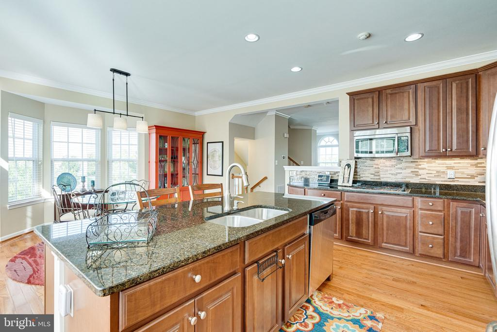 Center island with granite - 42965 EDGEWATER ST, CHANTILLY