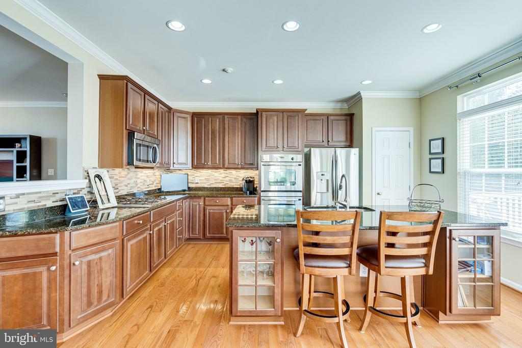 Gourmet kitchen with cherry cabinetry - 42965 EDGEWATER ST, CHANTILLY
