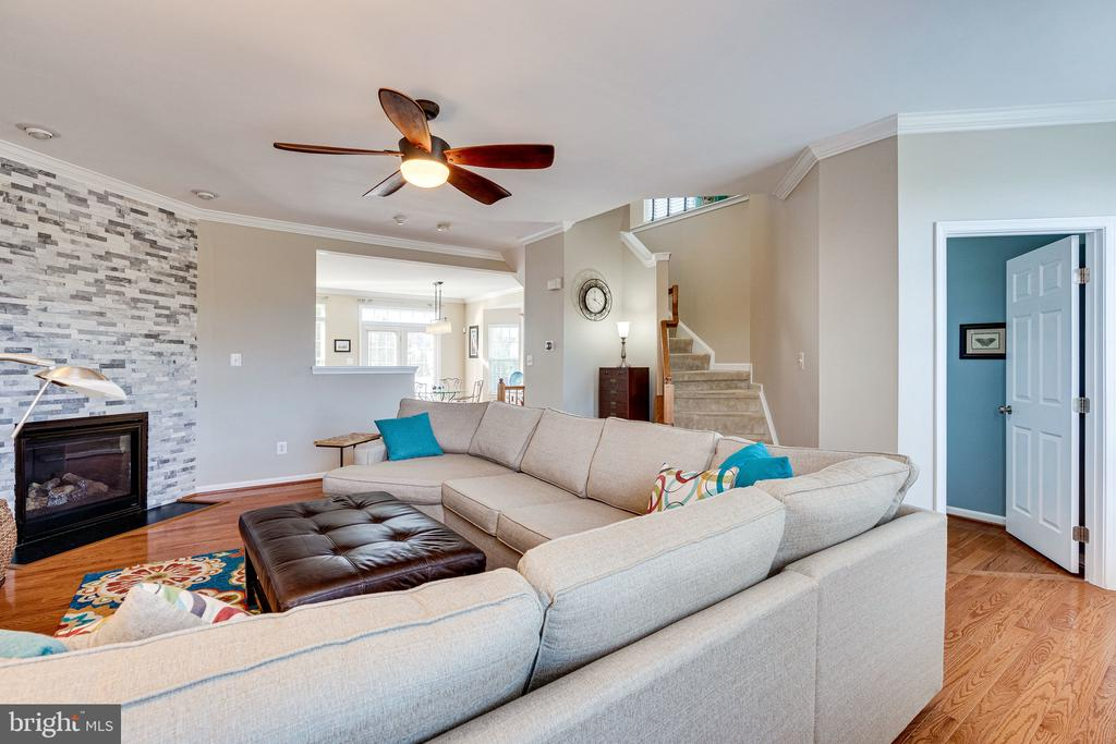 Living room with hardwood floors - 42965 EDGEWATER ST, CHANTILLY