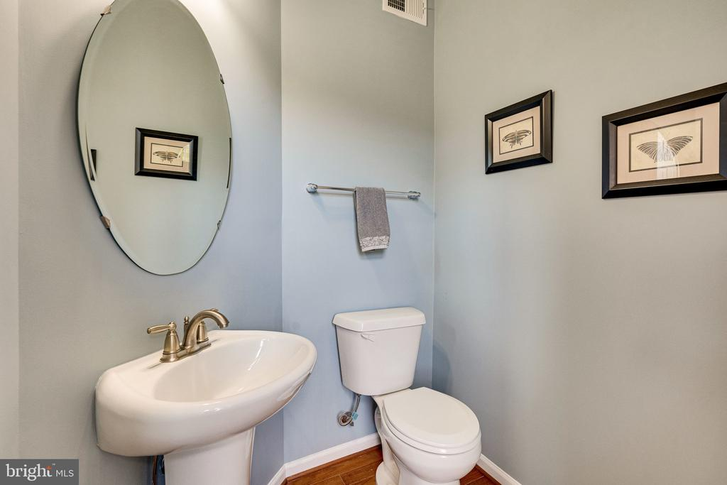 Powder room off of the living room - 42965 EDGEWATER ST, CHANTILLY