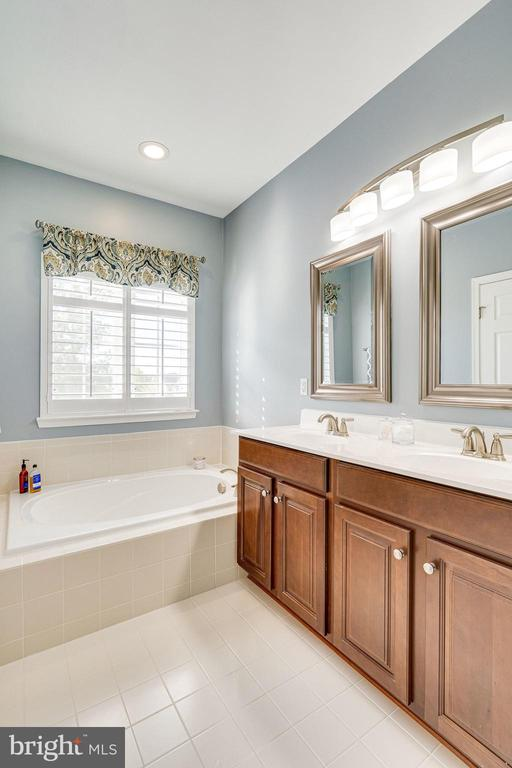 Primary bathroom soaking tub - 42965 EDGEWATER ST, CHANTILLY