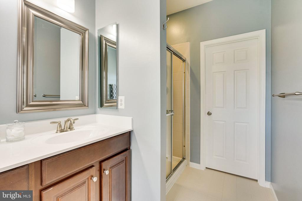 Primary bathroom w private water closet - 42965 EDGEWATER ST, CHANTILLY