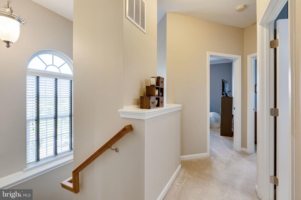 Upper level foyer with additional window - 42965 EDGEWATER ST, CHANTILLY