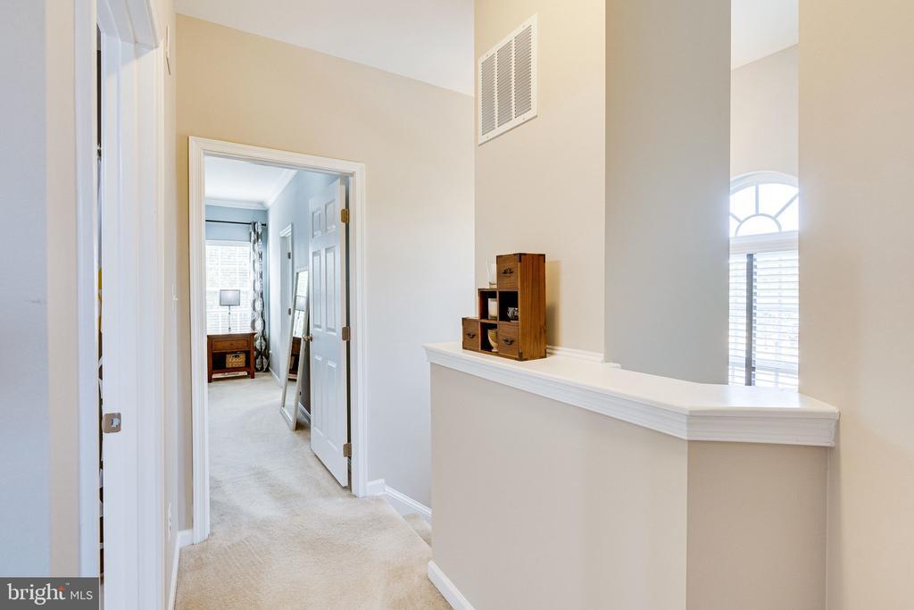 Upper level foyer - 42965 EDGEWATER ST, CHANTILLY