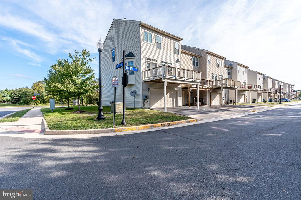 End unit townhome w rear entry garage - 42965 EDGEWATER ST, CHANTILLY