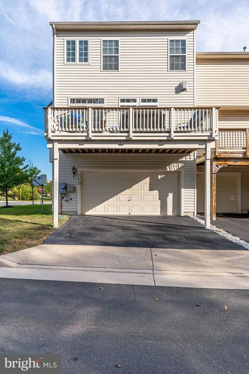 End unit townhome with driveway - 42965 EDGEWATER ST, CHANTILLY