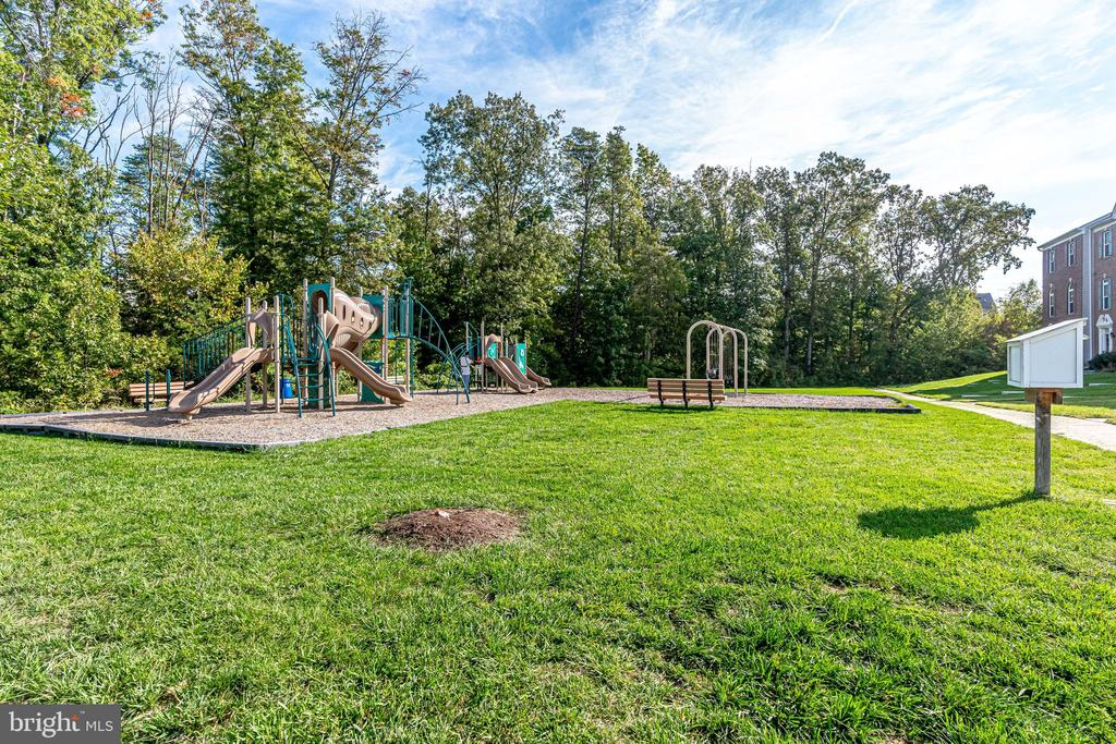 Community tot lot in walking distance - 42965 EDGEWATER ST, CHANTILLY