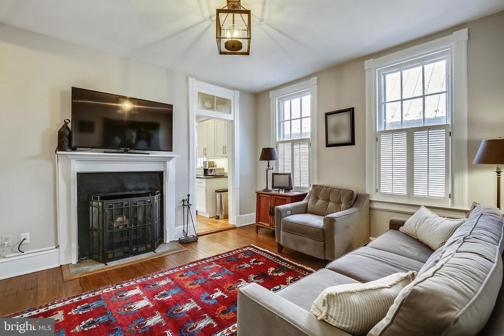 Family room with fireplace - 11 WIRT ST SW, LEESBURG