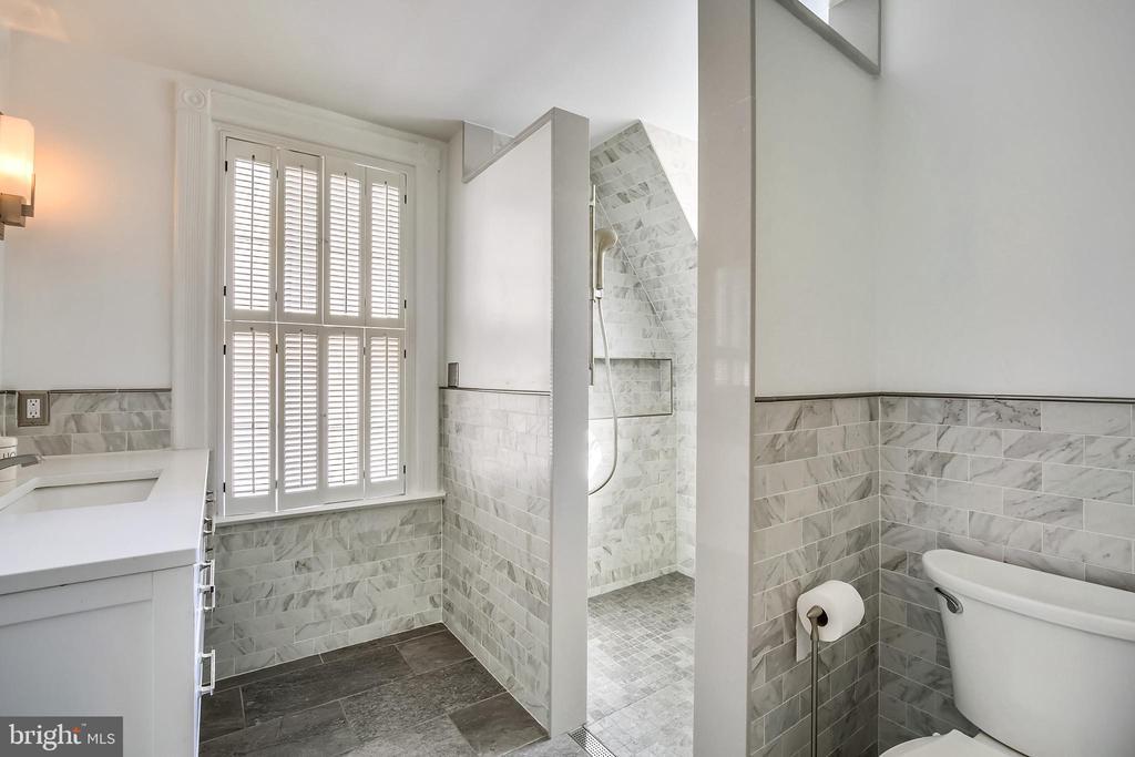 Updated bathroom - 11 WIRT ST SW, LEESBURG