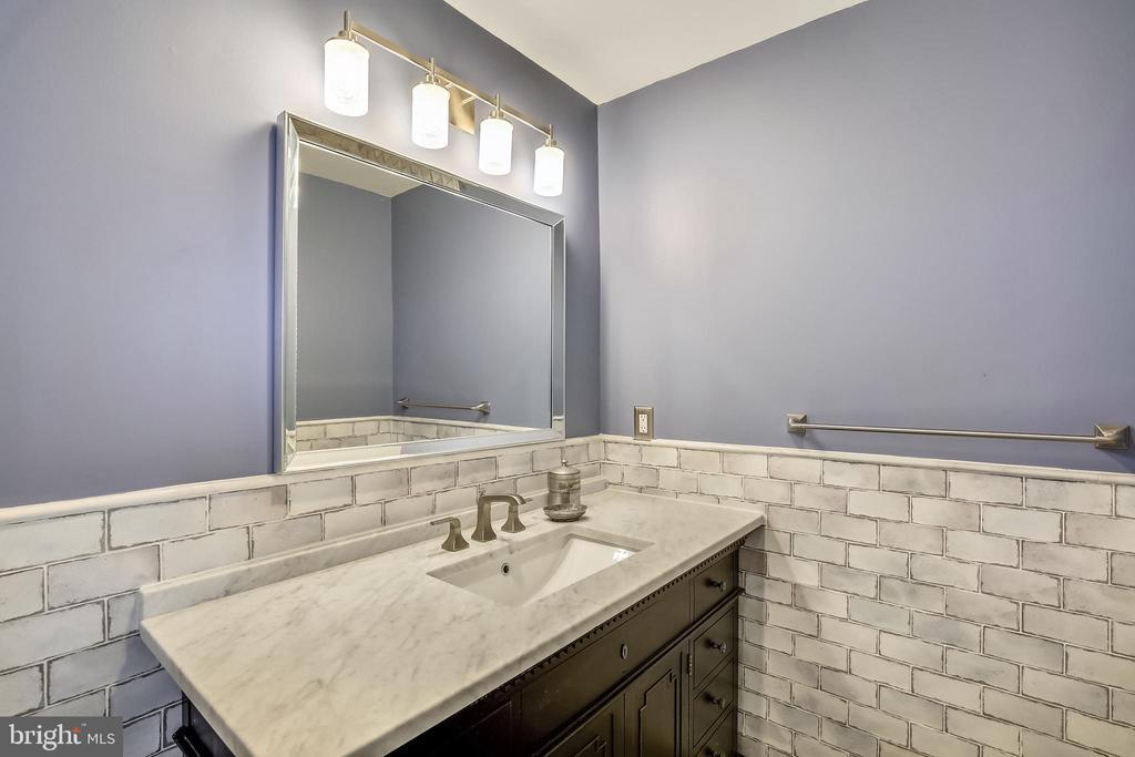 Bedroom 3 bathroom - 11 WIRT ST SW, LEESBURG