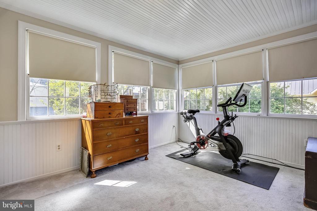 Den/sitting room in owners suite - 11 WIRT ST SW, LEESBURG