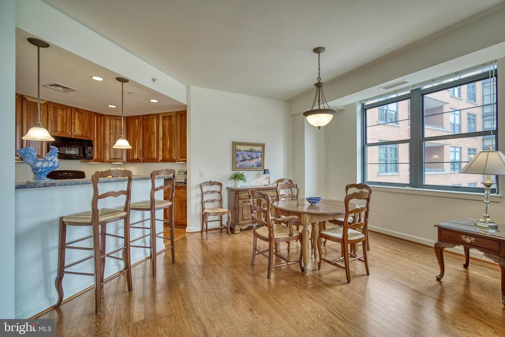 The breakfast bar allows for extra seating - 1830 FOUNTAIN DR #604, RESTON