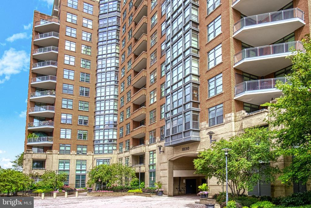 No direct access from the street keeps it quiet! - 1830 FOUNTAIN DR #604, RESTON