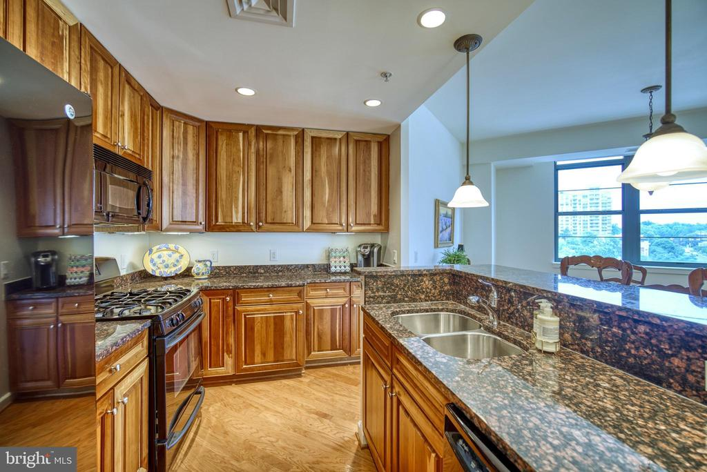 The open format is wonderful for entertaining - 1830 FOUNTAIN DR #604, RESTON