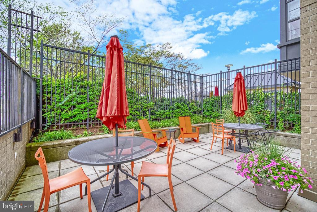 Lovely outdoor patio is great common space - 1830 FOUNTAIN DR #604, RESTON