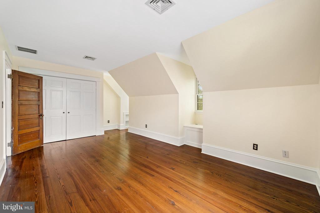 front bedroom with window seat and built-ins - 20707 ST LOUIS RD, PURCELLVILLE