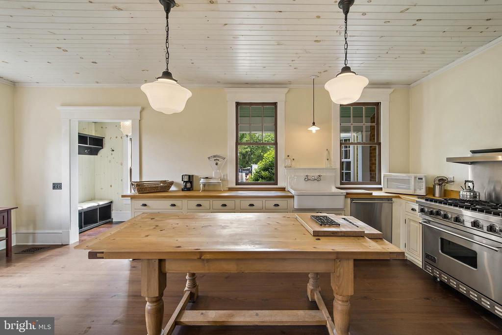 huge farm house style kitchen - 20707 ST LOUIS RD, PURCELLVILLE