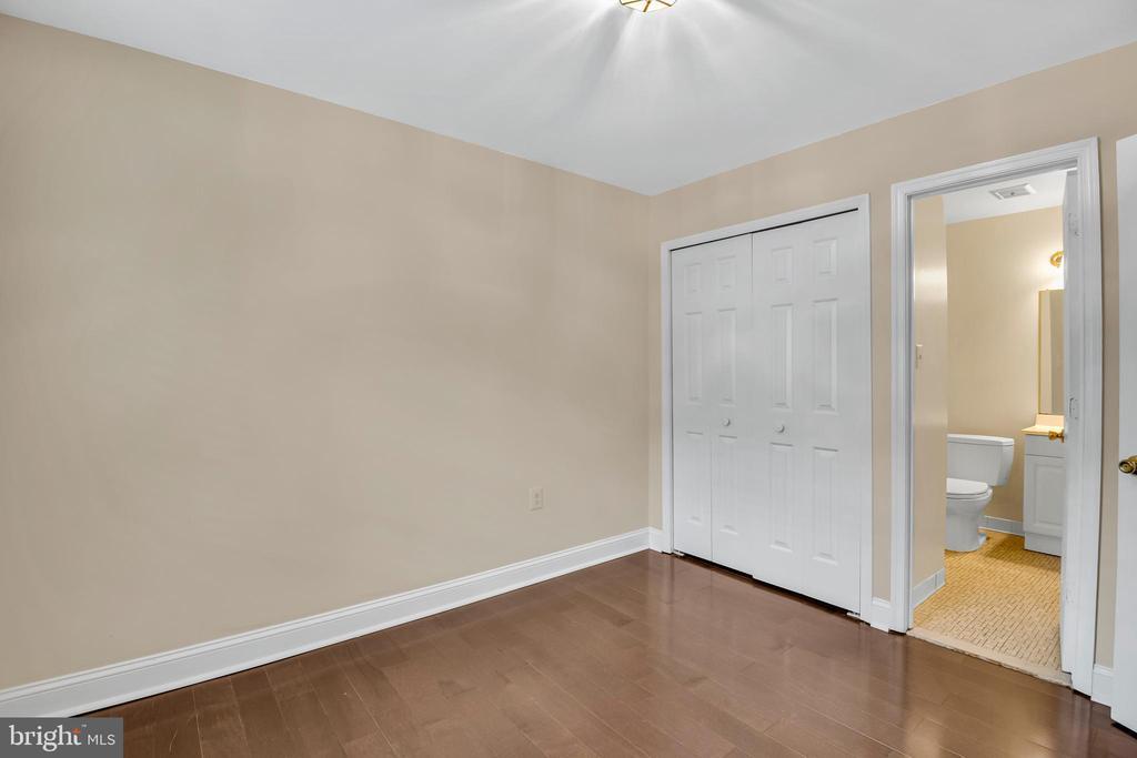 En-suite full bath - 6831 WASHINGTON BLVD #D, ARLINGTON