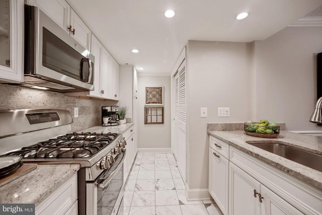 Plentiful counter space and storage - 1276 N WAYNE ST #608, ARLINGTON