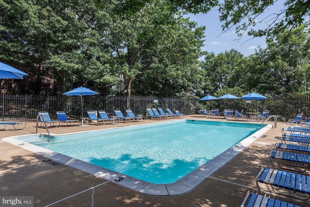 Large heated community pool - 1276 N WAYNE ST #608, ARLINGTON