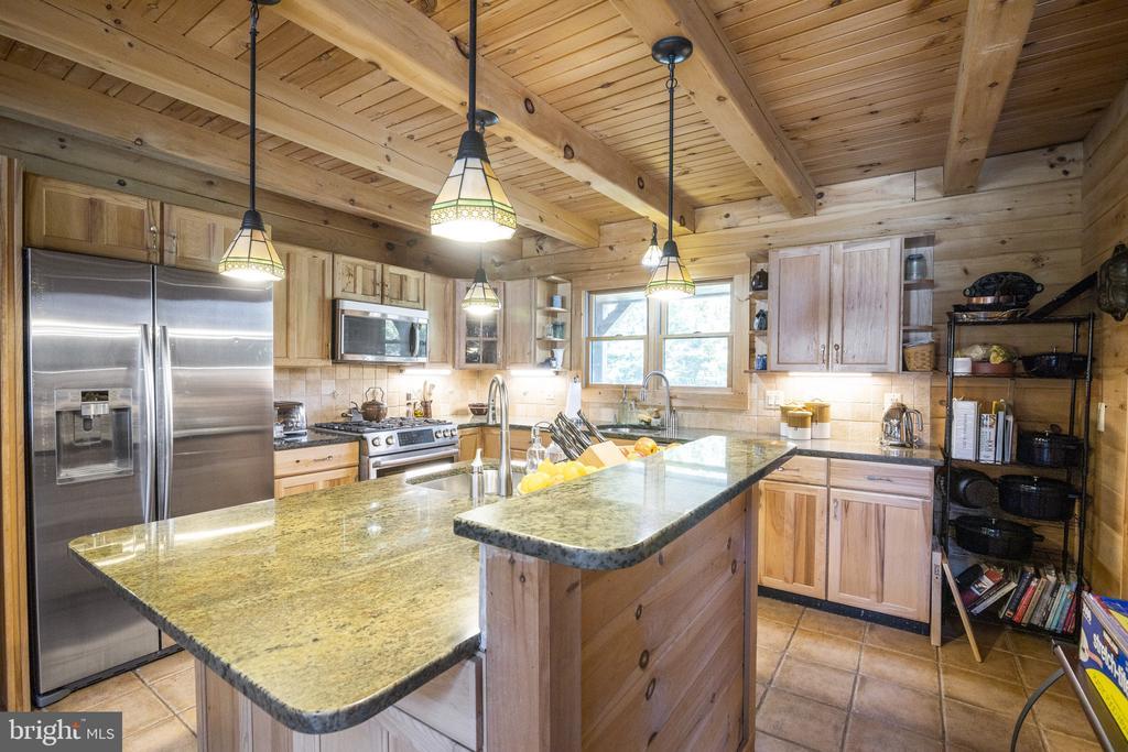 Gourmet Kitchen w/ Granite & Large Pantry. - 23039 RAPIDAN FARMS DR, LIGNUM