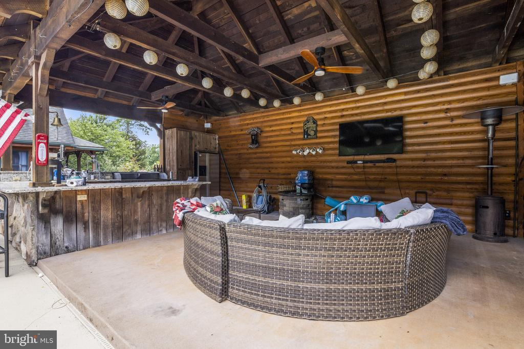 Beautiful Log Pool Cabana w/ TV & Sound System. - 23039 RAPIDAN FARMS DR, LIGNUM