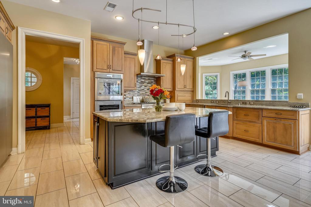 Spacious Center Island with Seating - 2539 DONNS WAY, OAKTON