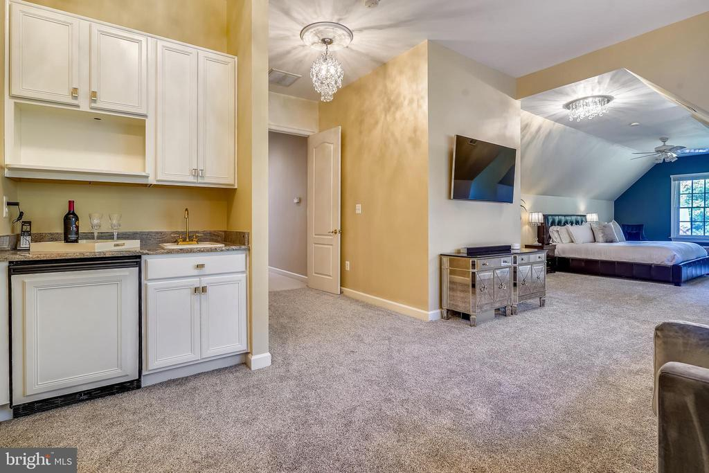 Coffee/wet Bar in Upper Level Primary Suite - 2539 DONNS WAY, OAKTON
