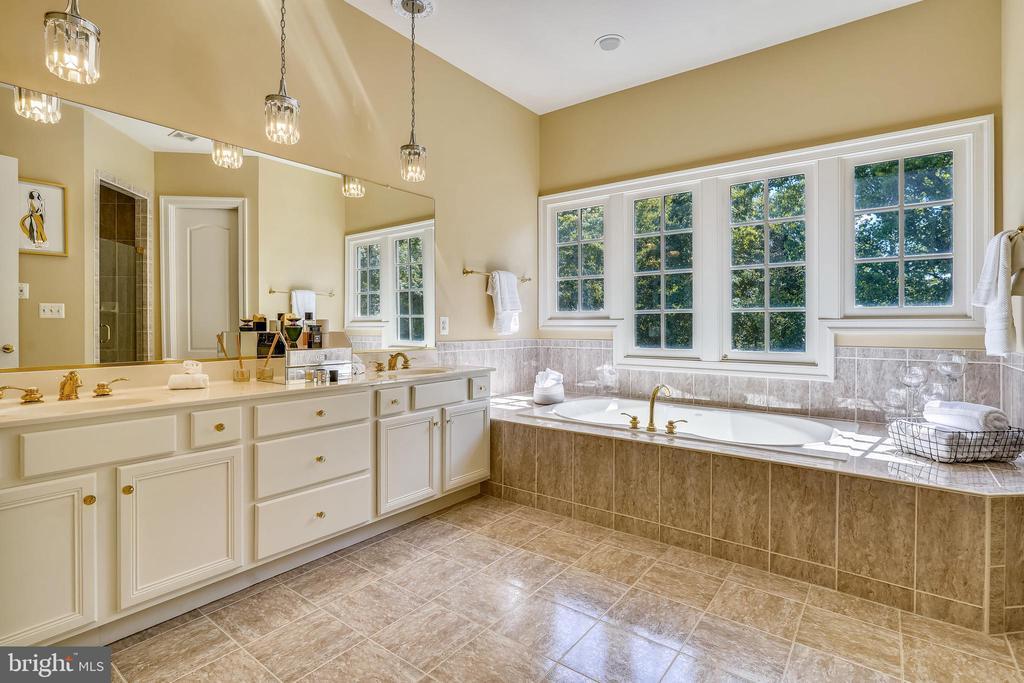 Upper Level Primary Suite Spa-like Bath - 2539 DONNS WAY, OAKTON