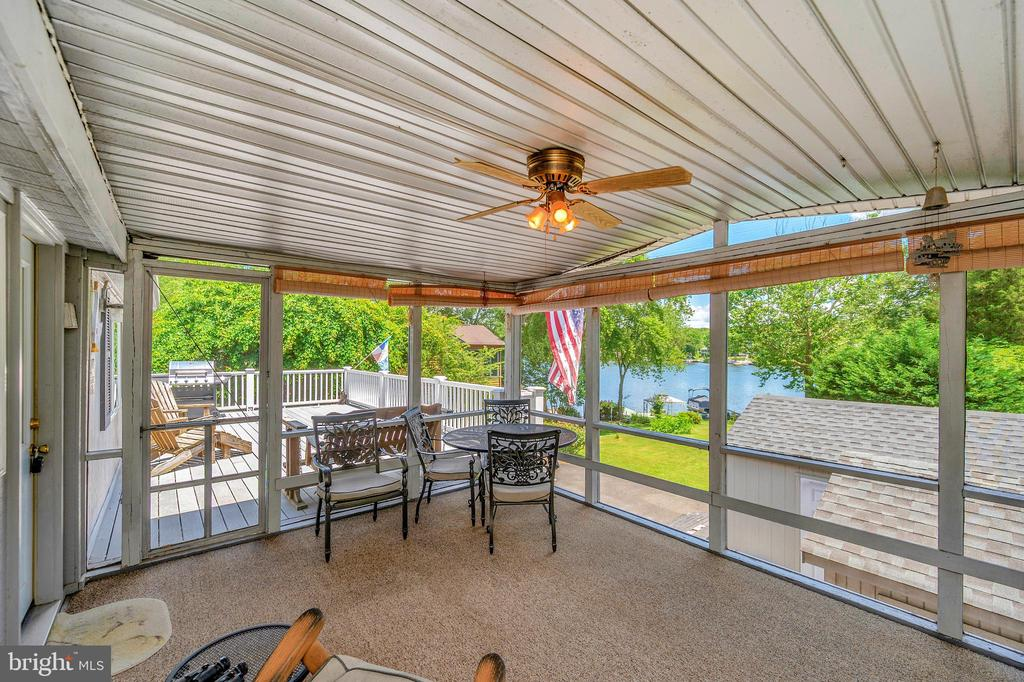 Fabulous screened porch to relax & enjoy the view - 402 HARRISON CIR, LOCUST GROVE
