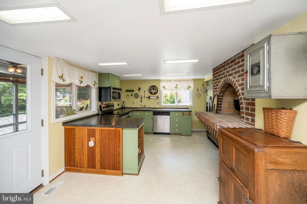 Spacious kitchen full of charm - 402 HARRISON CIR, LOCUST GROVE