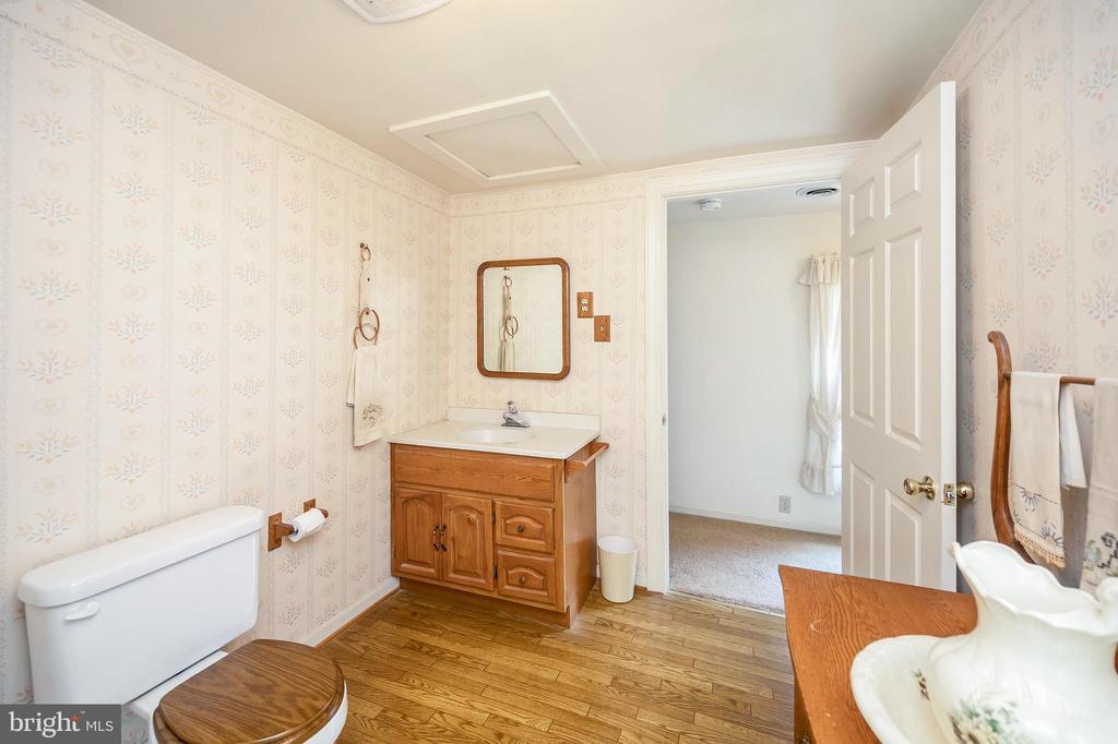 Full Bath upper level - 402 HARRISON CIR, LOCUST GROVE