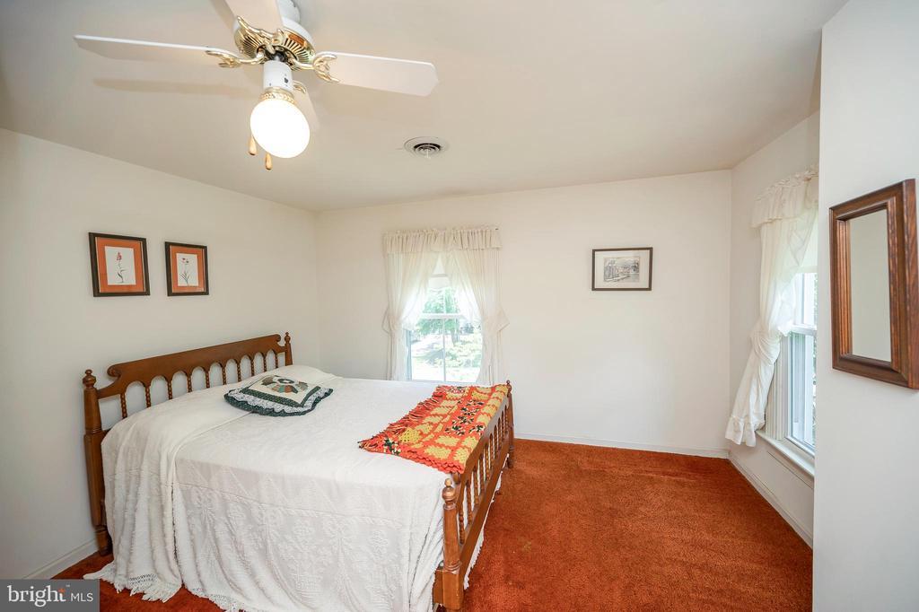 Main level bedroom - 402 HARRISON CIR, LOCUST GROVE