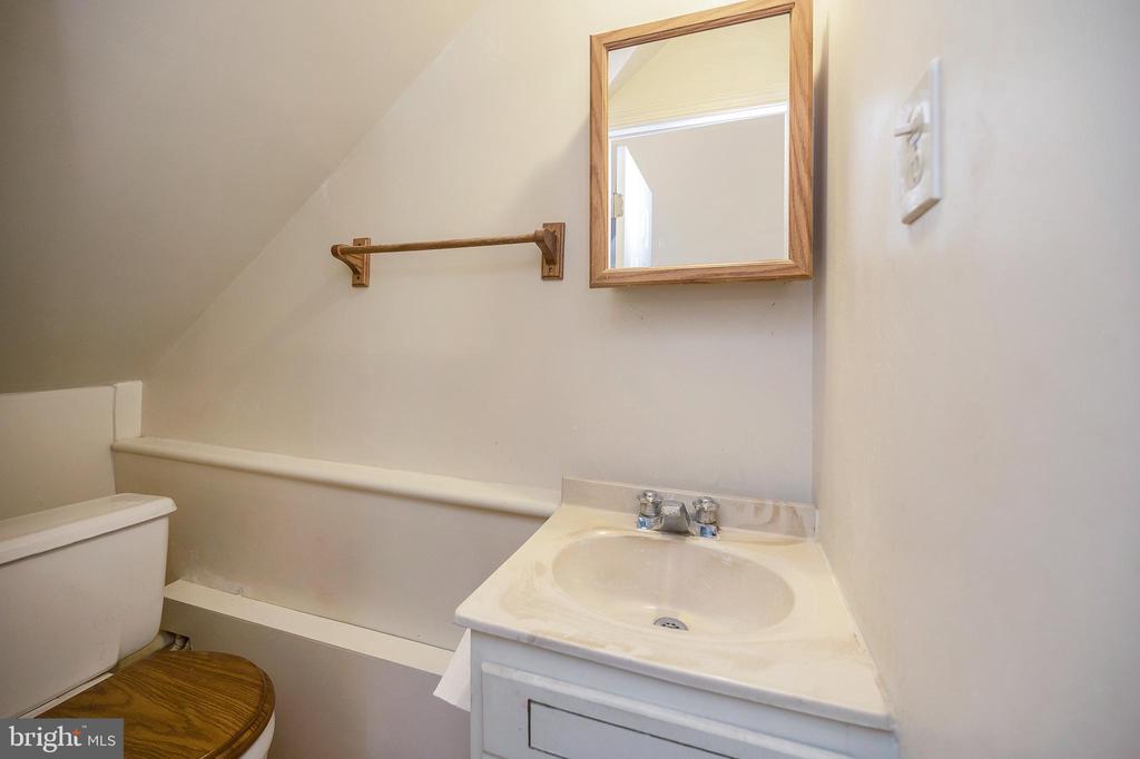 Half bath in owner's suite - 402 HARRISON CIR, LOCUST GROVE