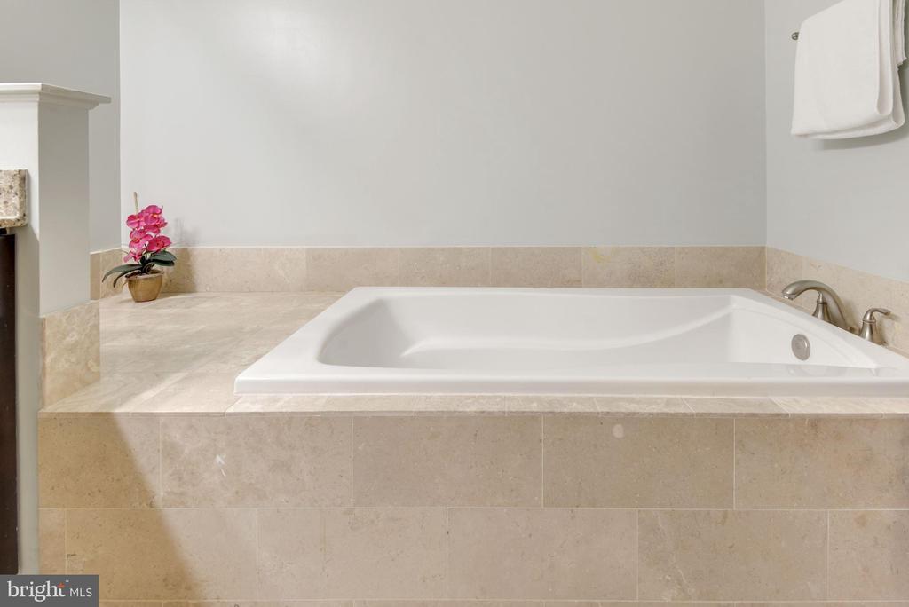 Soaking tub - 1418 N RHODES ST #B116, ARLINGTON