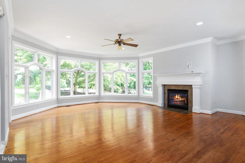 Angled wall of family room - 20581 MYERS PL, LEESBURG
