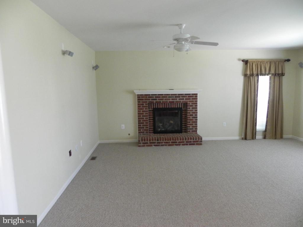 Family Room - 939 WAYNE DR, WINCHESTER